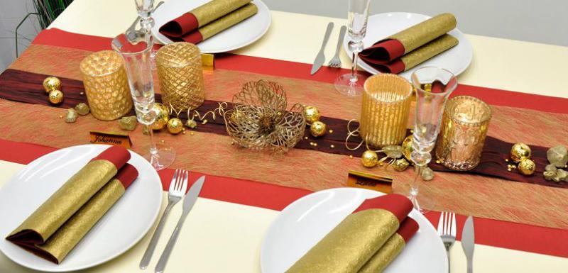 Tischdekoration in Gold mit Dunkelrot zu Silvester