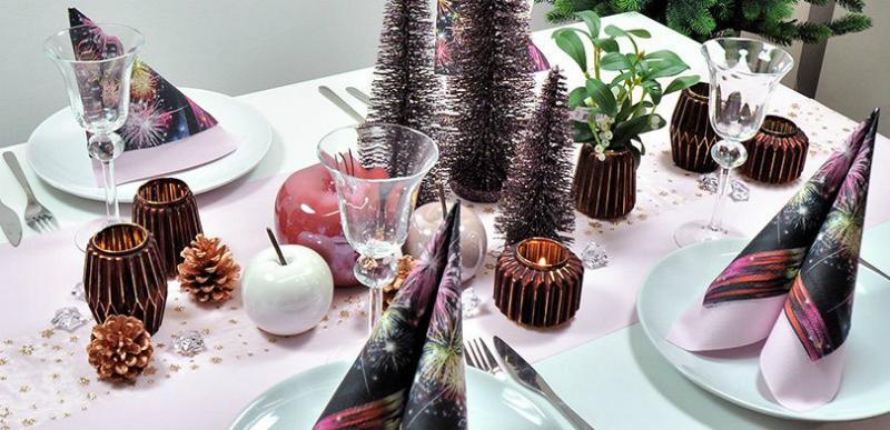 Tischdekoration in Rosa mit Glitterbaeumchen zu Silvester
