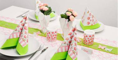 Tischdekoration mit Servietten und Kerzen mit Bellis-Motiv