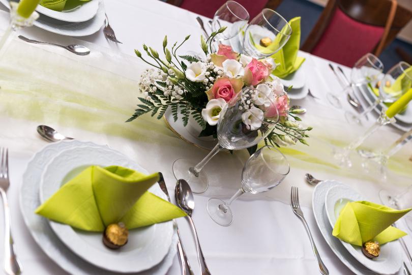 Schön eingerichteter Esstisch mit Blumen - Tisch richtig decken