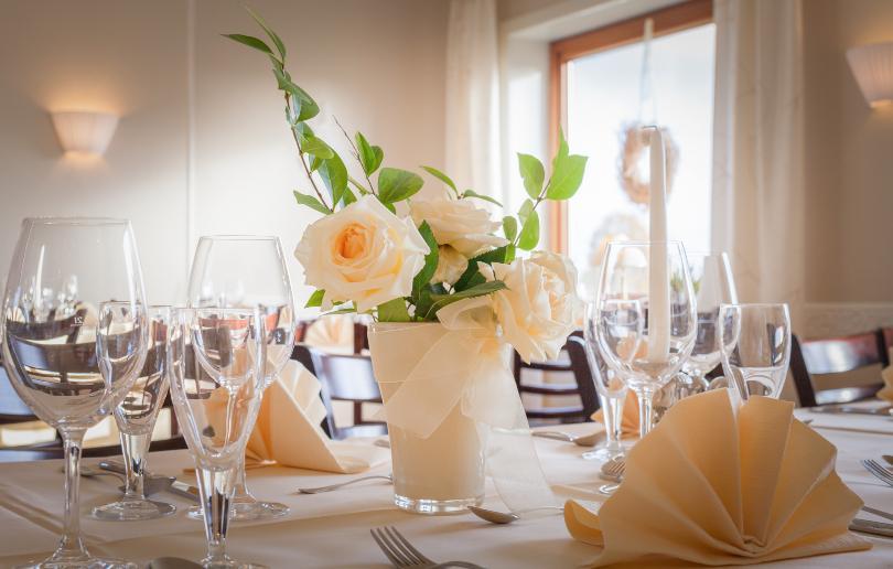 Hübsche Tischdekoration mit Blumen und diversen Gläsern - Tisch richtig decken