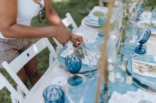 Frau deckt ein - Tisch richtig decken