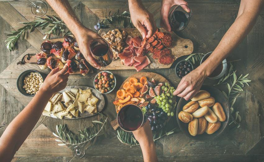 Tischtafel mit Weintrinkern und Essen - Weinprobe für zuhause