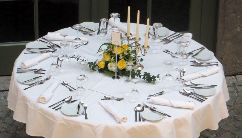 Tischdecke rund Weiß Vlies 2,40 m für Bankett-Tische