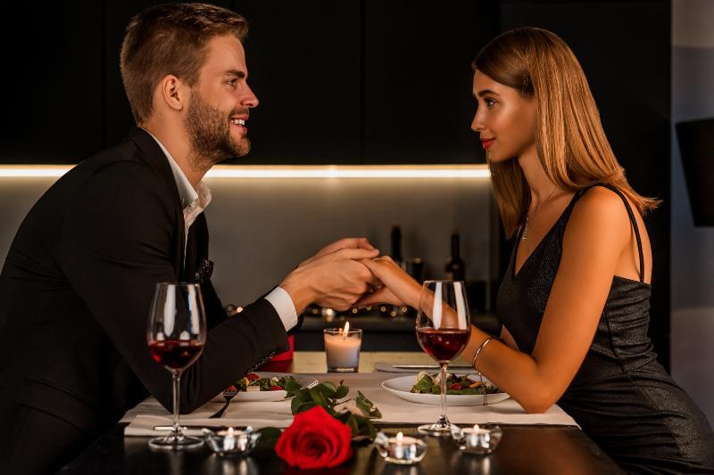 Junges Paar beim Candle-Light-Dinner