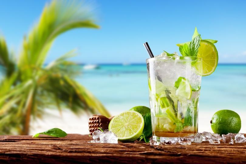 Cocktail vor einem Strand mit Palmen