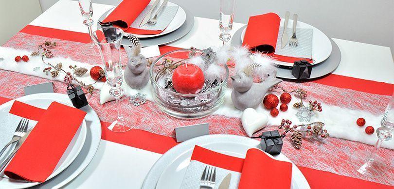 Tischdekoration in Rot und Silber