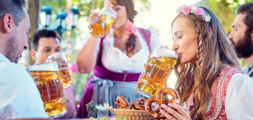 Junge Menschen feiern in bayrischen Stil mit Bier
