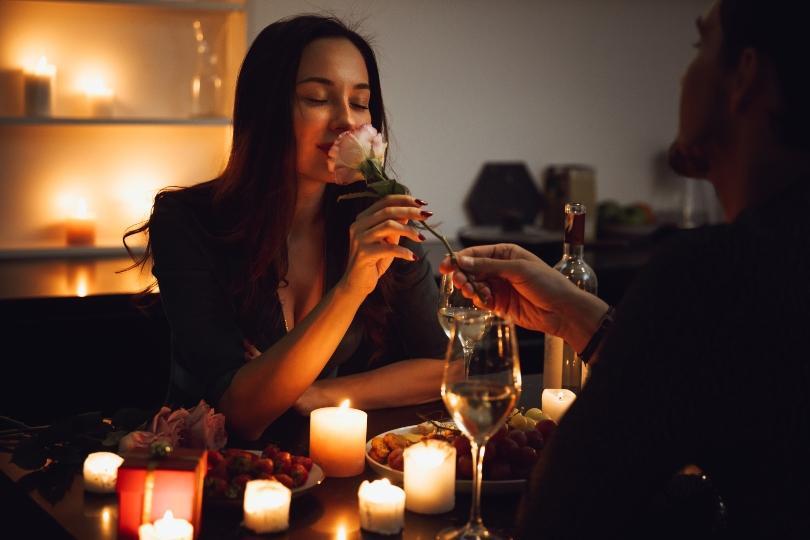 Junges Paar beim romantischen Dinner - Hochzeitstag feiern in Zeiten von Einschränkungen