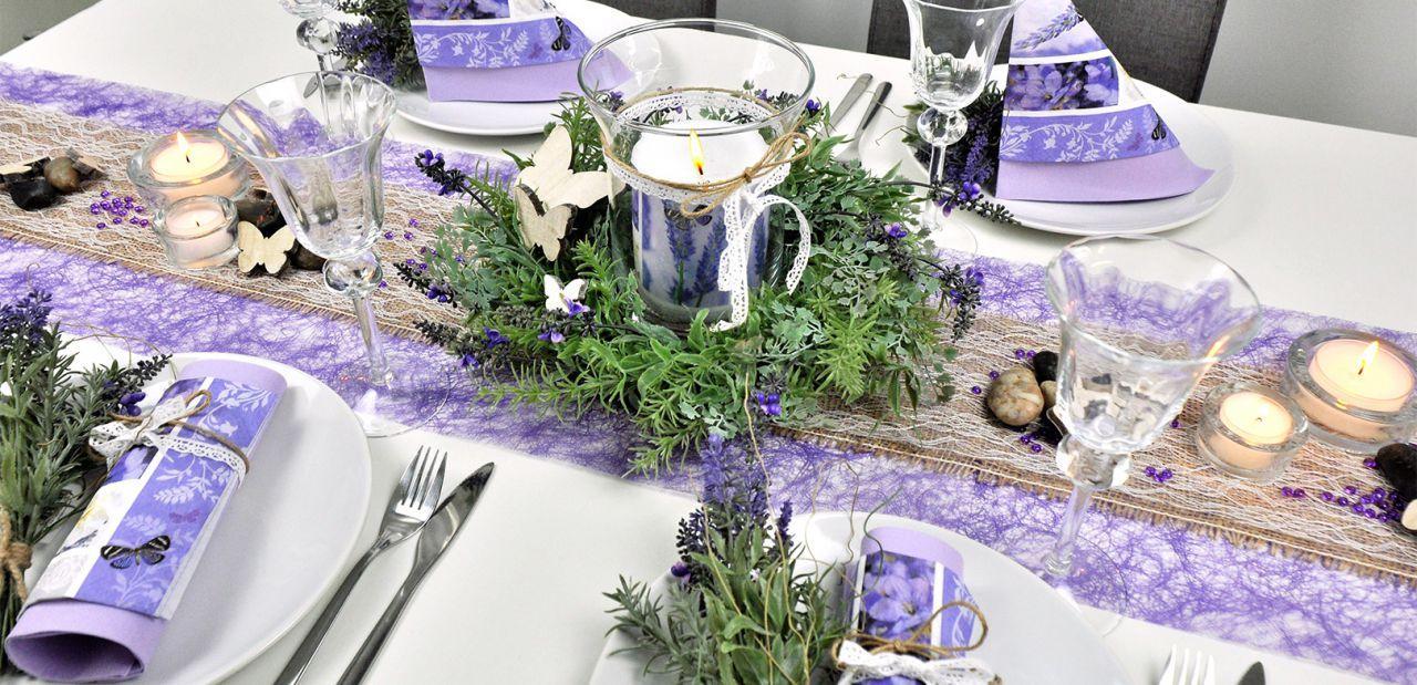 Tischdekoration mit Lavendelkranz
