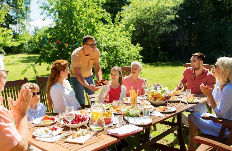 Familie macht im Garten ein Fest - Coronabeschränkungen sind wieder gelockert