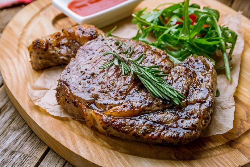 Steak auf einem Holzbrett - BBQ-Deko