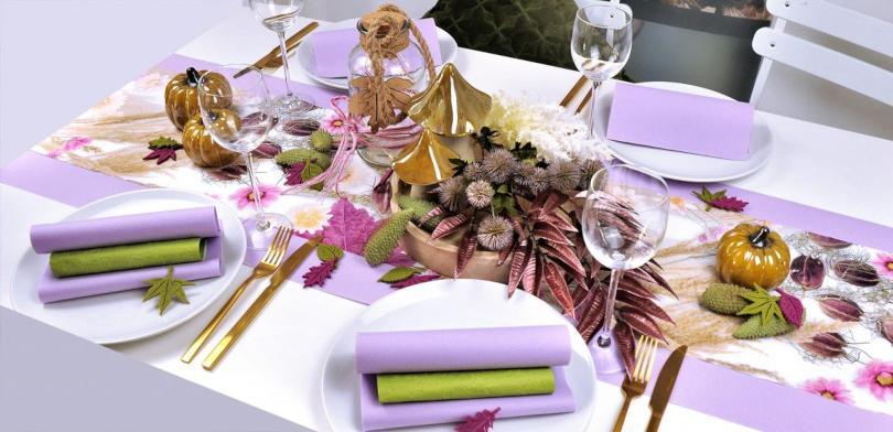 Tischdekoration Herbstimpressionen mit wunderschön bedrucktem Tischläufer Bunte Tischdeko, die den Tisch nicht überlädt