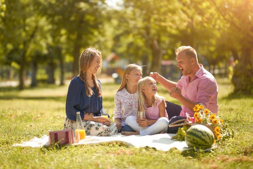 Famile beim Picknick - schöne Naturdeko