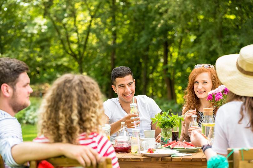 Junge Leute beim Gartengeburtstag Feiern