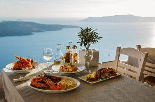 Essen mit Blick von oben aufs Meer - Mittelmeer-Deko