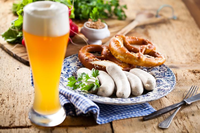 Nahaufnahme Weißwurstfrühstück mit Weißbier