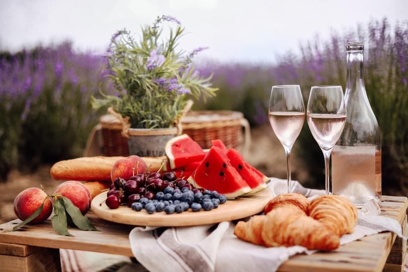 Frühstücksteller in der Region Provence mit Lavendelfeld im Hintergrund - Tischdeko im Provence-Stil