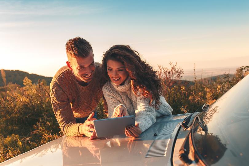 Junges Paar, über Motorhaube gebeugt - Romantischer Tag zu zweit