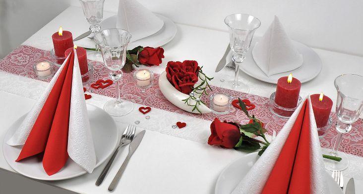 Tischdekoration Rote Rosen in Rot und Weiß
