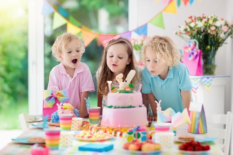 3 Kinder feiern Kindergeburtstag