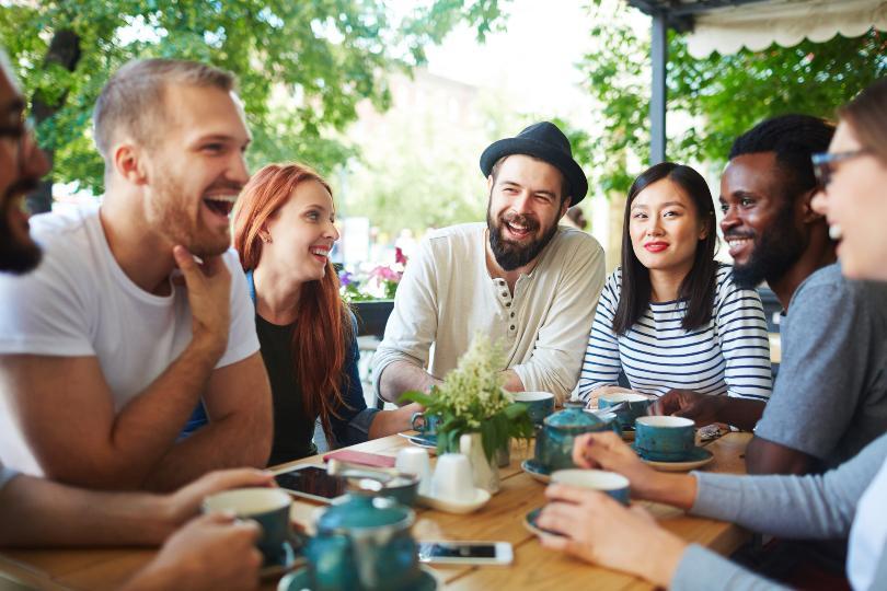 Gruppe junger Leute beim Kaffeekränzchen