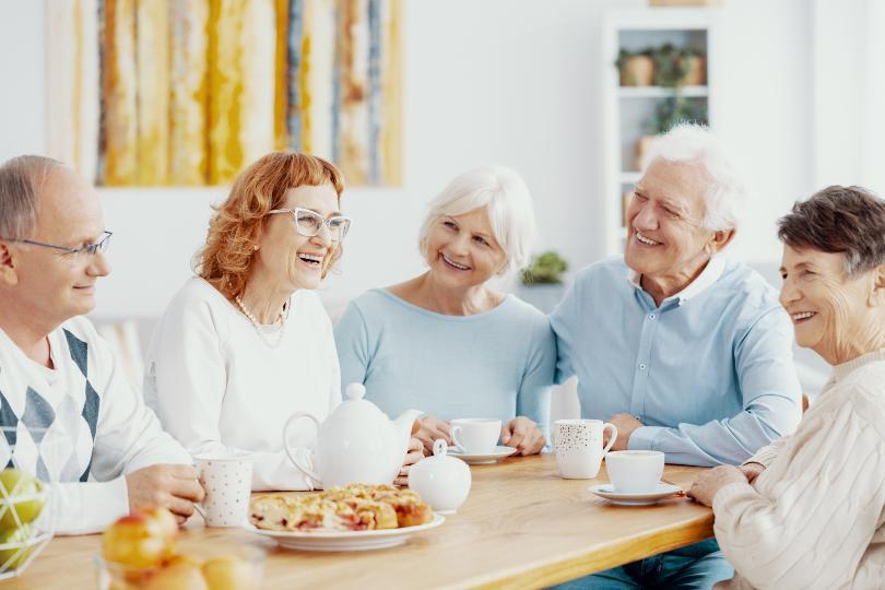 Ältere Herrschaften beim Kaffeekränzchen