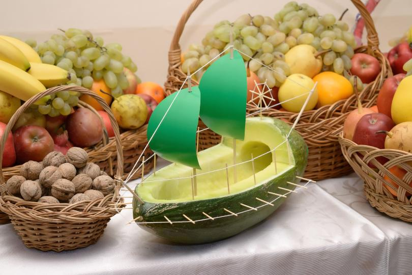 Obst, im Vordergrund ein Boot aus Melone