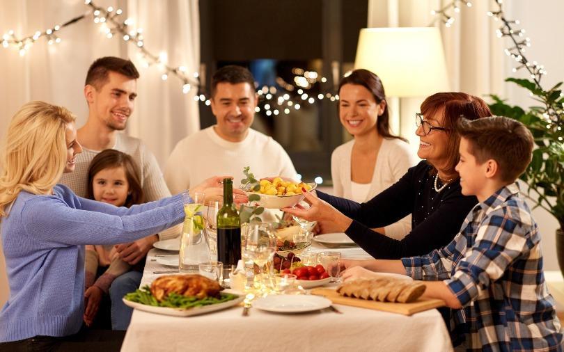 Viele Familienmitglieder bei einem festlichen Abendessen am Herbsttisch