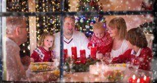 Familie zu Weihnachten - Kerzen arrangieren
