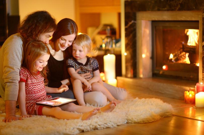 2 Mütter mit Kind vor dem Kamin - Kerzen arrangieren für stimmungsvolle Momente