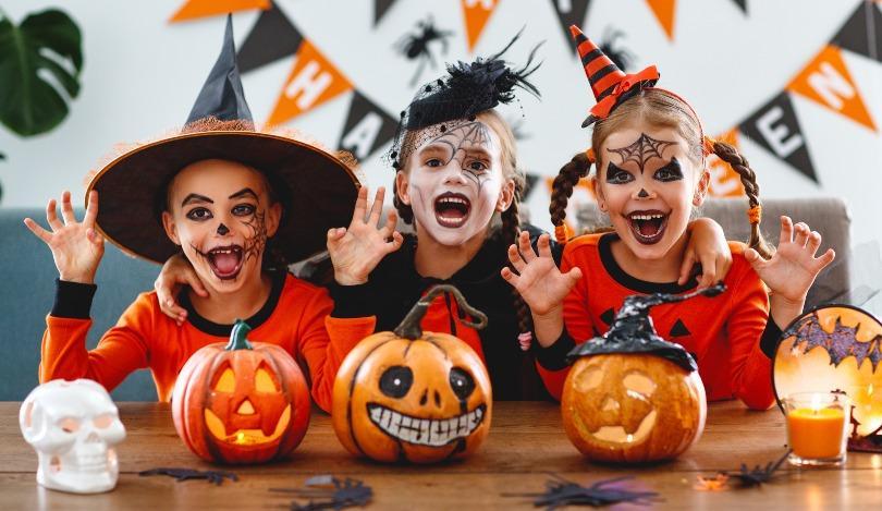 Kinder feiern Halloween in Kostümen