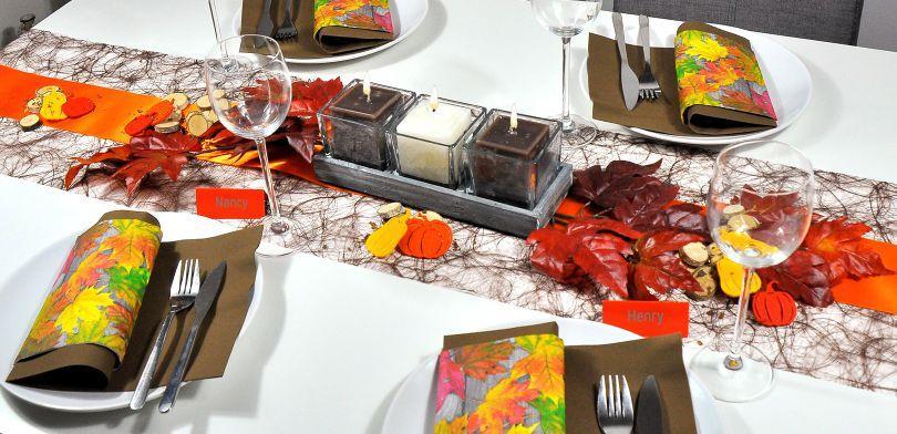 Tischdekoration in Braun und Orange für den Herbsttisch
