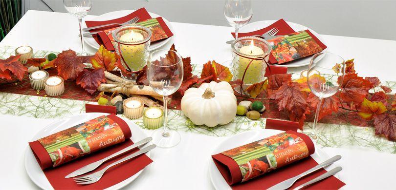 Tischdekoration in Bordeaux und Moosgrün für den Herbst