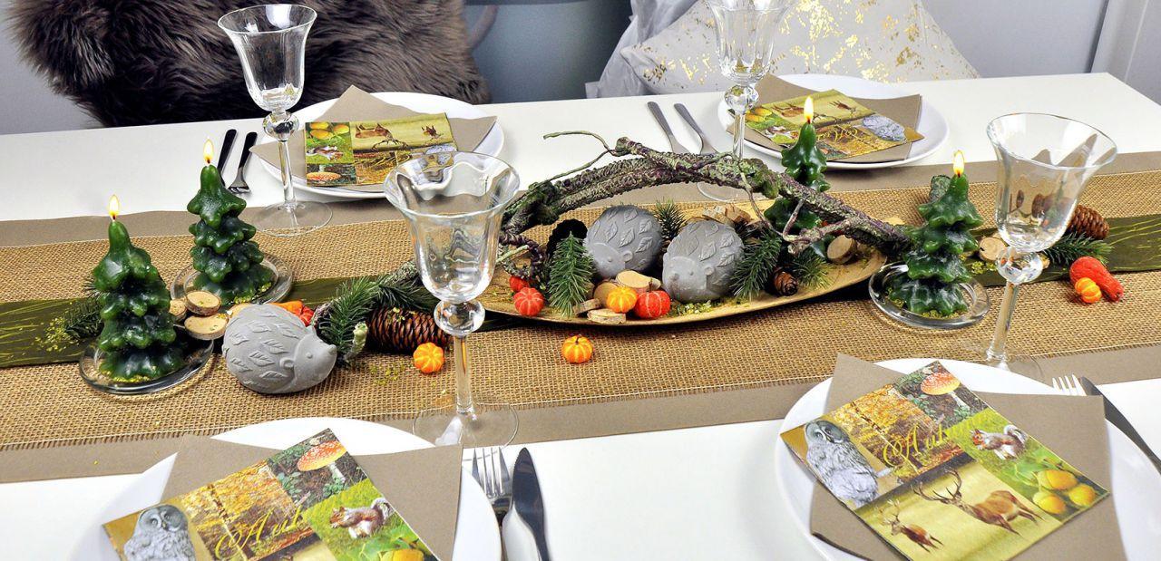 Herbstliche Tischdekoration mit Igeln auf Jutetischband