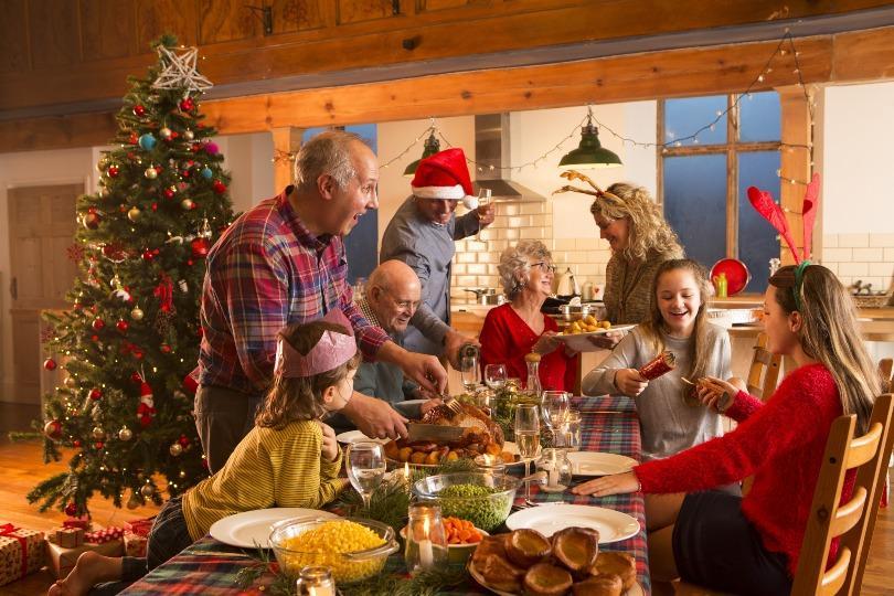 Familie um den Weihnachtstisch