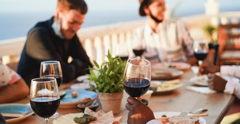 Dinner mit Freunden auf der Terrasse