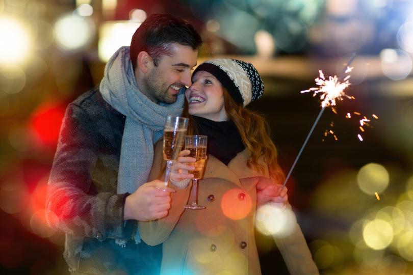 Junges Paar feiert kleine Feier zu Silvester