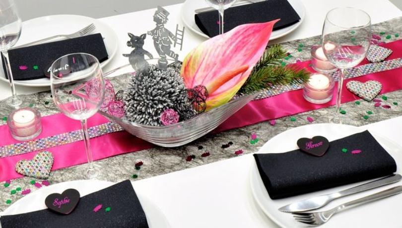Silvester-Tischdekoration in Schwarz und Pink