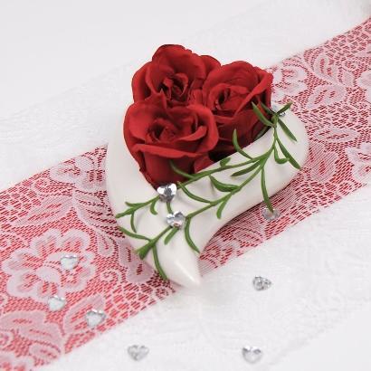 Herzschale fertig dekoriert mit 3 roten Rosen