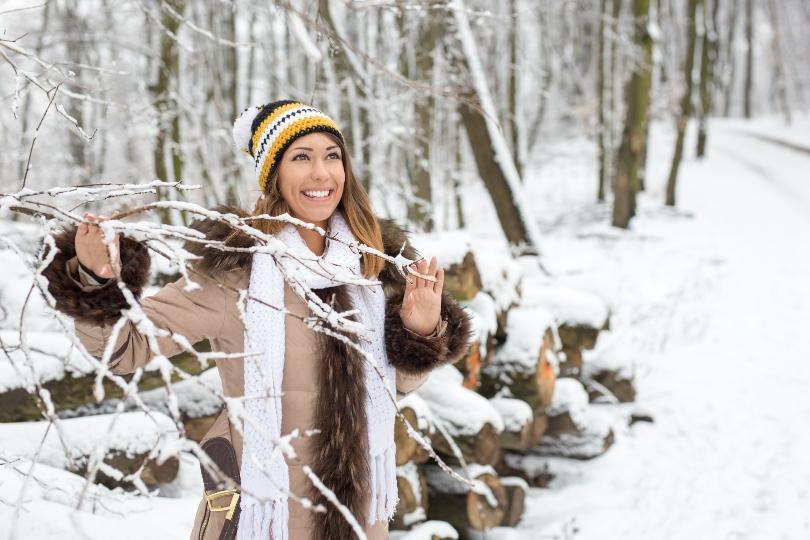 Junge Frau im verschneiten Wald