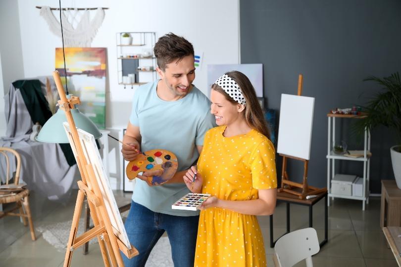 Pärchen malt gemeinsam