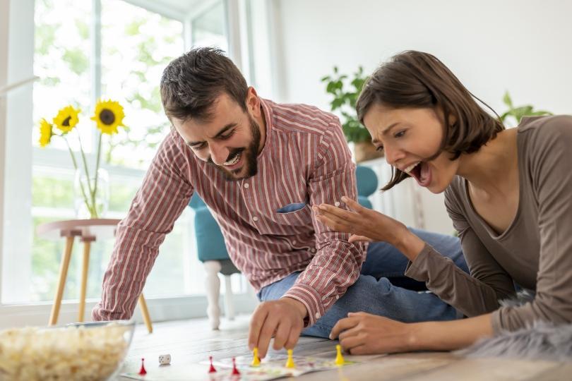 Pärchen spielt Brettspiel