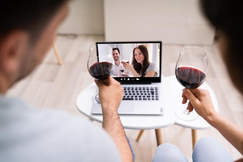 Zwei Paare prosten sich über Video Konferenz zu