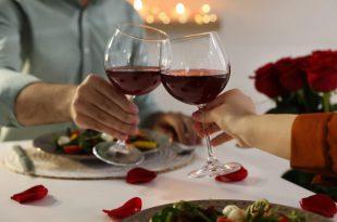Paar stößt mit Wein festlich an - Schöne Ideen zum Jahrestag