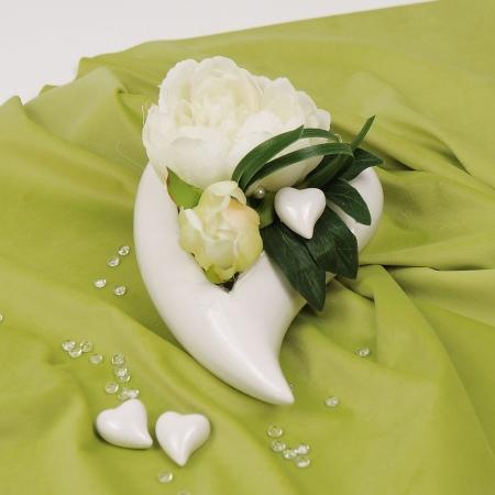 Fertig dekorierte Herzschale mit weißer Pfingstrose