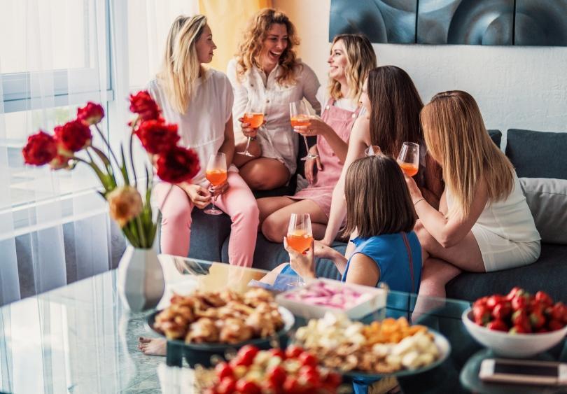 Junge Frauen feiern zusammen - Wiedersehen nach langer Zeit