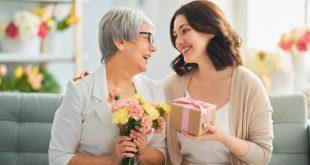 Tochter überreicht Muttertagsgeschenke