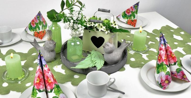 Frühlingshafte Tischdekoration mit außergewöhnlichem Tischband in Grün