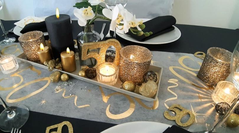 Glamouröse Tischdekoration zum 50. Geburtstag in Schwarz Gold